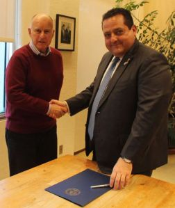 El gobernador Carlos Mendoza sostuvo encuentro con su homólogo de California Jerry Brown
