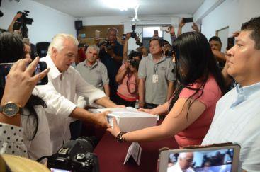 José Hevia, al registrarse como candidato del PRI a la alcaldía de La Paz