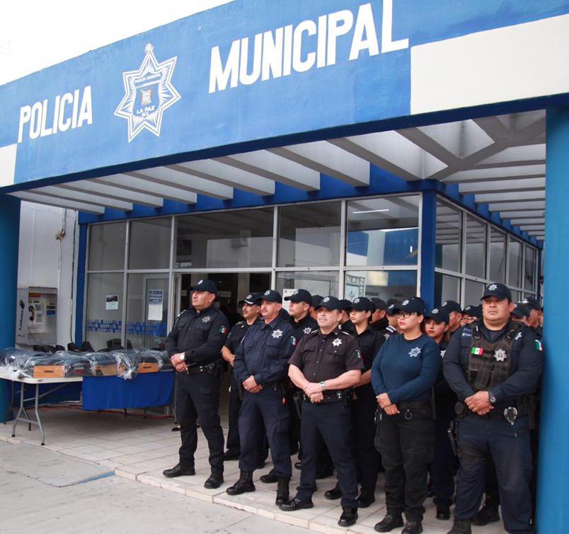 ENTREGA DE UNIFORMES Y EQUIPO A POLICÍAS (5)